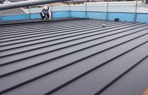 屋根の施工中