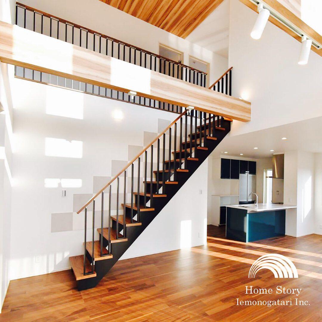 光溢れる開放的なリビングにデザイン階段のアクセント