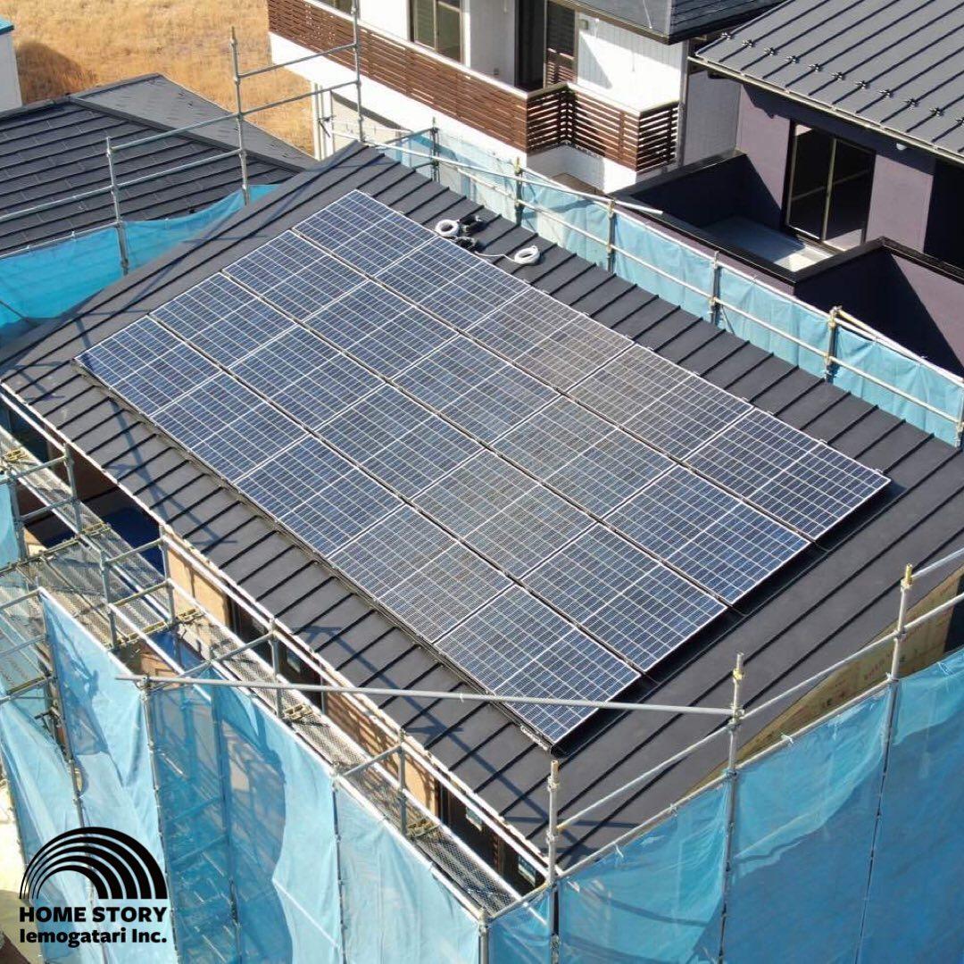 ドローンにて空撮屋根上の太陽光パネルを空撮📸️新築で太陽光を検討される場合は、固定金具を屋根に直接穴を開けなくても取付のできるガルバリウム鋼板がオススメです凹凸の突起部分に掴み金具にて固定させます️穴を開けないことで構造体への浸水のリスクを回避できますね#いえものがたり は#宇都宮市 #小山市 #栃木市 を中心に#注文住宅 #建売 #不動産 を手掛けております#地域密着型 の#工務店 です️🏘◆新店舗オープン記念️◆新店舗オープンに伴い、いいね&フォローキャンペーンを継続致します応募は簡単️こちらの投稿に「いいね」と当アカウントを「フォロー」するだけたくさんの方のご応募お待ちしております♂️◆来場予約で更に特典あり️◆コロナ対策としまして、ご来場の際には完全予約制とし、密を避けるため、1組ずつのご案内とさせて頂きますご希望日時、及び詳細は電話、メール及び下記予約フォームよりお問合せくださいませ028-612-5521otoiawase@iemono.co.jp【予約フォームはこちら】https://iemono.co.jp/hiramatsu/#ガルバ#太陽光#ドローン#通気#防水#バルミューダ#BALMUDA#プレゼント#キャンペーン#いえものがたり#栃木県#宇都宮#ウィルス対策#平松本町#モデルハウス#トースター#キッチン家電#おしゃれ家電 - from Instagram